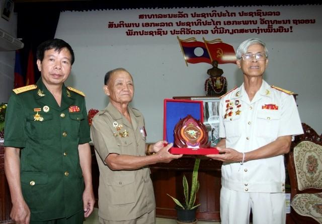 Đồng chí Som phon Keo Mi Xay Thiếu tướng, chủ tịch Hiệp hội CCB TƯ Quốc gia Lào trao tặng biểu trưng của Hiệp hội cho Đoàn