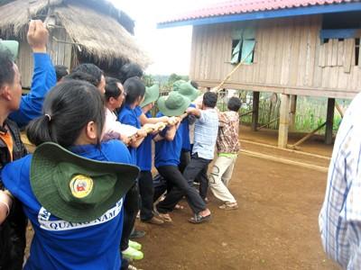 ĐVTN Quảng Nam giúp người dân Lào chằng néo lại nhà sau cơn bão