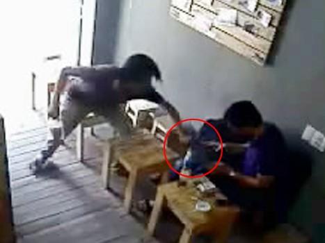 Tên cướp một tay cầm ly cà phê, một tay giật Ipad của anh Đ