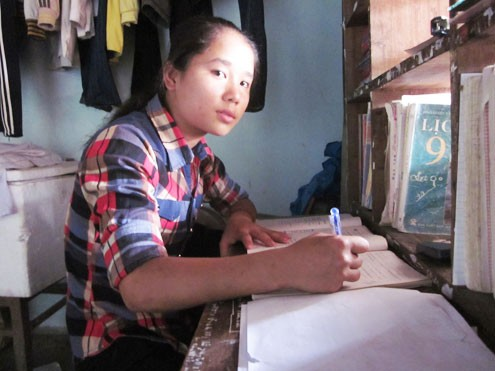 Lan Anh đang tất bật chuẩn bị cho kỳ thi vào lớp 10. Ảnh: Nguyễn Hải.