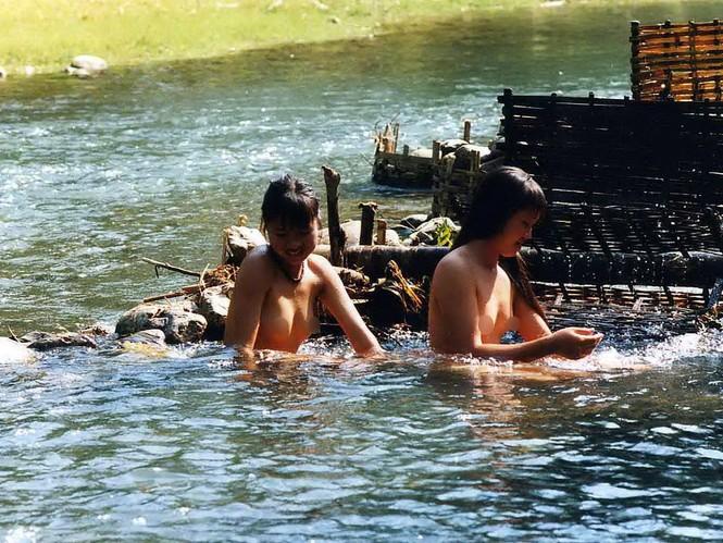 Đó là những bức ảnh của một tác giả không rõ danh tính, ghi lại cảnh các thiếu nữ người dân tộc Thái ở vùng miền núi Tây Bắc Việt Nam đang hồn nhiên tắm trong một con suối