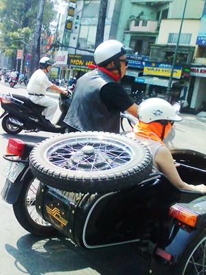 Cặp vợ chồng đi chơi phố trên sidecar độ