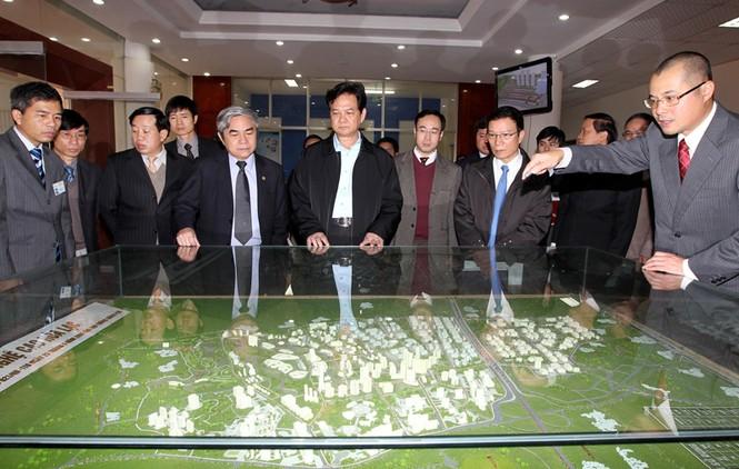 Thủ tướng Nguyễn Tấn Dũng nghe giới thiệu về quy hoạch chung Khu Công nghệ cao Hòa Lạc. Ảnh: TTXVN