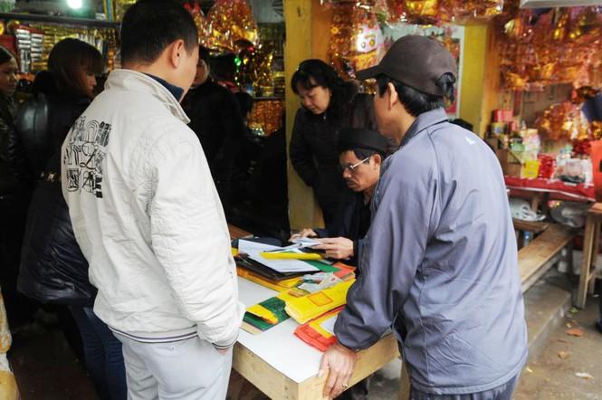 Dọc hai bên đường san sát các hàng quán với dịch vụ viết sớ, sắp lễ
