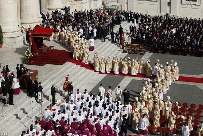 Hàng trăm linh mục cùng bước theo chân của Giáo hoàng Francis