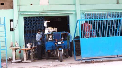 Và nay để có tiền trả nợ, DN may mặc TT phải bán tài sản, máy móc (ảnh chụp ngày 13-4-2012)