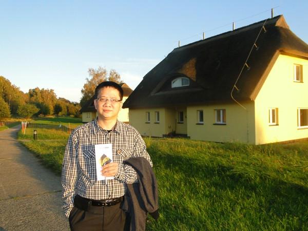 Tác giả bên ngôi nhà truyền thống kiểu Đức trên đảo Vilm Ảnh: N.Đ.C