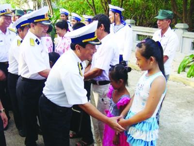 Phó Chính ủy Bộ Tư lệnh Vùng 4 Hải quân cùng đoàn công tác thăm người dân trên đảo