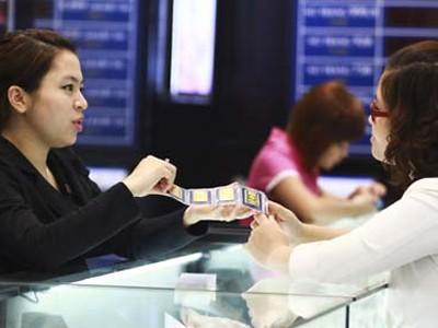 Người dân mua bán vàng miếng tại một cửa hàng thuộc Công ty CP Vàng bạc đá quý Phú Nhuận (PNJ) trên đường Trần Nhân Tông, Hà Nội (ảnh chụp chiều 5-4)