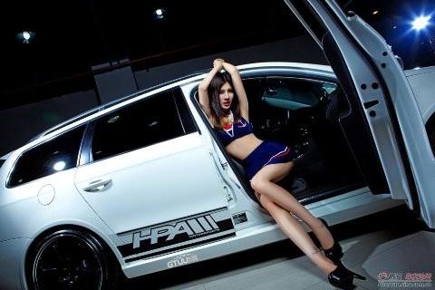 Chân dài khoe dáng xinh bên Volkswagen - ảnh 4