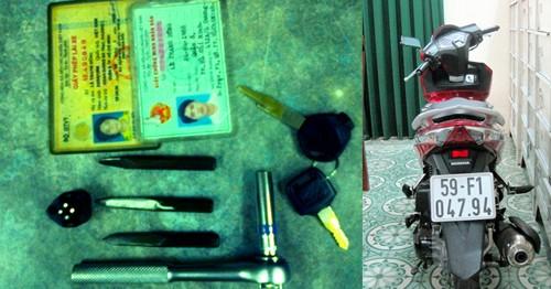 Những chiếc đoản khóa Dũng dùng để bẻ khóa xe và chiếc xe tay ga Air Blade, thu giữ được của tên trộm