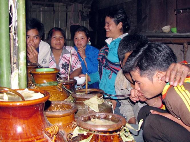 Dân làng hả hê ăn nhậu bên những ché rượu cần