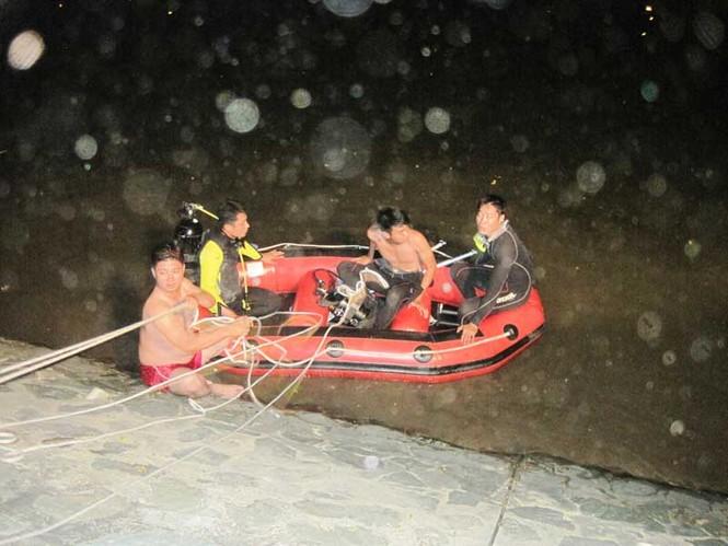 Người nhái đang xuống sông làm nhiệm vụ