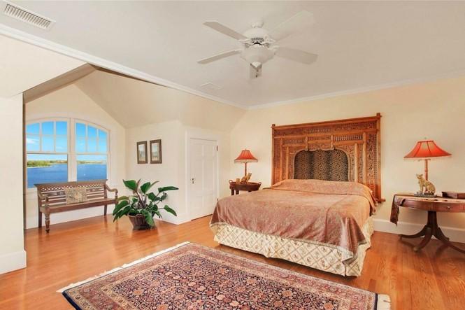 Một phòng ngủ dành cho khách rộng thênh thang, có cửa sổ nhìn ra ngoài vịnh xinh đẹp