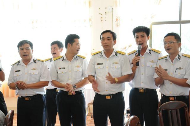 Các cán bộ Vùng 4 Hải Quân giao lưu với phóng viên báo đài trước khi xuất quân ra Trường Sa