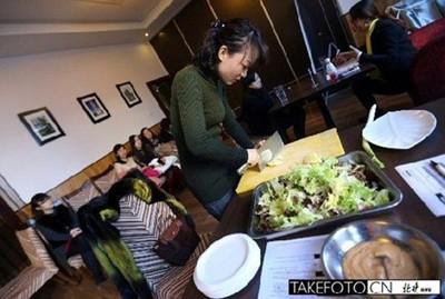 Trong số hơn 160 thí sinh tham gia chỉ có 20 người vào vòng trong. Mỗi người trổ tài nấu nướng và ban giám khảo đánh giá từng người qua việc cắt khoai tây và trộn rau