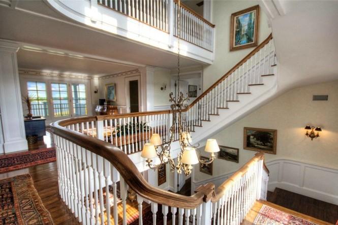 Màu trắng là màu sắc chủ đạo của căn nhà giúp tôn vẻ trang nhã, lịch lãm và sang trọng
