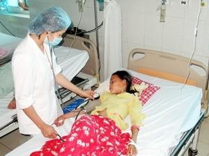 Bệnh nhân Lò Thị Chung (9 tuổi) đang hồi sức cấp cứu tại Bệnh viện Đa khoa Lai Châu