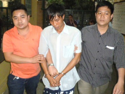 Đối tượng Hải (giữa) bị lực lượng Điều tra trọng án bắt giữ