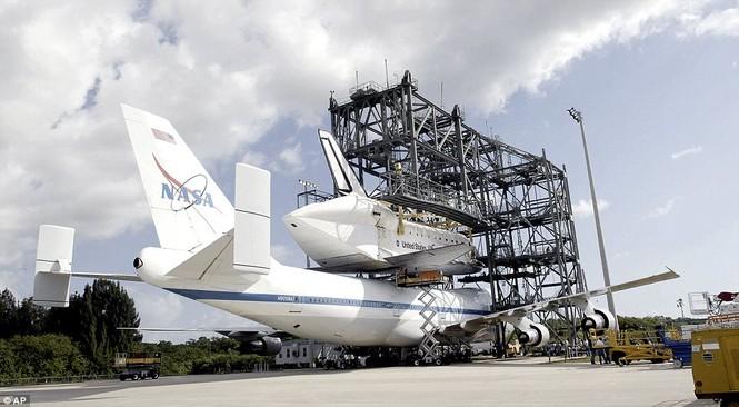 Tàu vũ trụ Discovery được lắp ghép lên thân Boeing 747 trước khi cất cánh