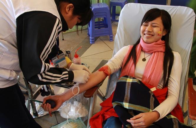 Nhiều bạn sinh viên, dù hiến máu rất nhiều lần nhưng cũng không tránh khỏi tâm trạng lo lắng. Trong ảnh là Lê Thị Phượng, đã hiến máu 7 lần