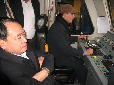 Thứ trưởng Hùng (bên trái) trên buồng lái tàu SE8 đi thị sát đường ngang