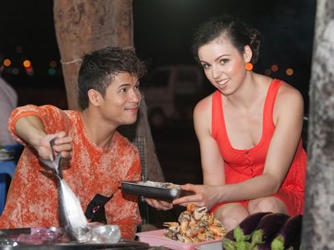 Ina tỏ ra rất thích thú với những món hải sản đặc sắc của Vũng Tàu
