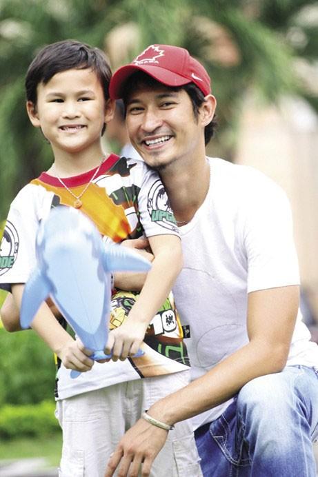 Huy Khánh và con trai riêng.