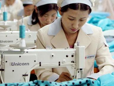 Công nhân Triều Tiên từ nay sẽ đưởng hưởng lương theo năng suất lao động, thay vì một mức thù lao cố định do nhà nước ban hành như trước đây. Ảnh: Guardian