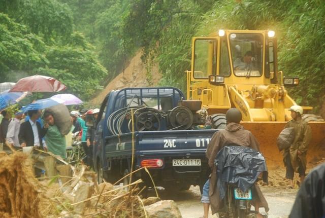 Sa Pa: Lở đất đá, xe cộ kẹt dài hơn 3 km - ảnh 7
