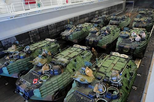 Các xe bộ binh cơ giới lội nước trên tầu đổ bộ
