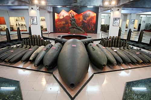 Quả bom lớn nhất ở giữa là bom phát quang 12000LBS, nặng 7 tấn được Mỹ thả xuống khu vực Gia Lai. Trọng lượng và kích thước của quả bom lớn đến nỗi nó chỉ được chở bằng máy bay vận tải C130 và mỗi chuyến bay cũng chỉ chở được tối đa 2 quả