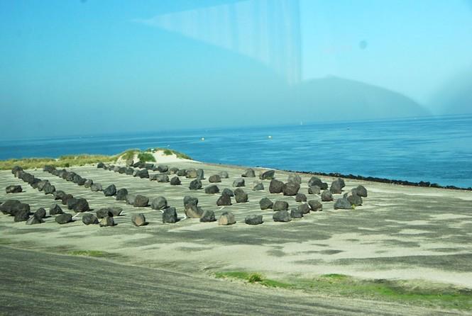 Các thứ đá gia cố cho thân đê, mặt đê cũng được nhập từ Đan Mạch