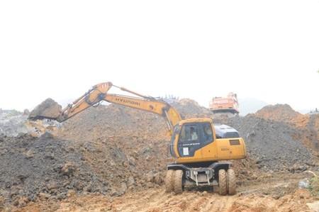 Lực lượng cứu hộ đào bới tìm kiếm nạn nhân