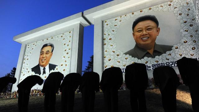 Bức khảm hai cố nhà lãnh đạo Kim Nhật Thành và Kim Jong Il.