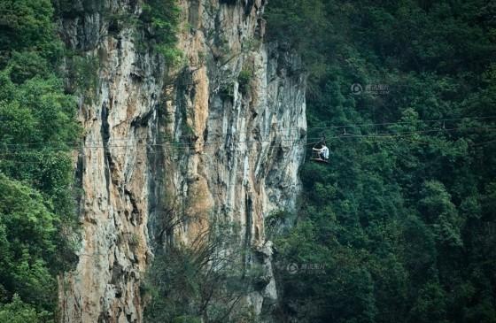 Đứng tim cảnh người dân 'đu' qua hẻm núi - ảnh 3