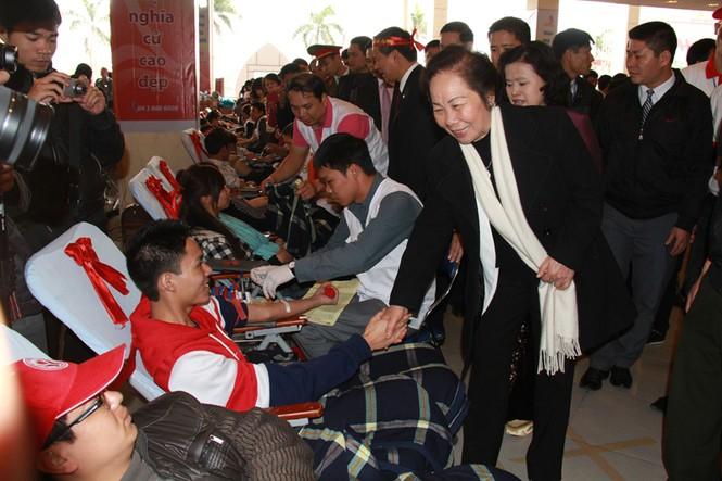 Phó Chủ tịch nước Nguyễn Thị Doan thăm hỏi, động viên các bạn trẻ hiến máu trong Lễ hội Xuân hồng