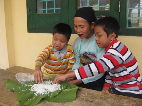 Gói cơm bà Mu mang theo để ba bà cháu ăn trưa. Ảnh: Hoàng Phương