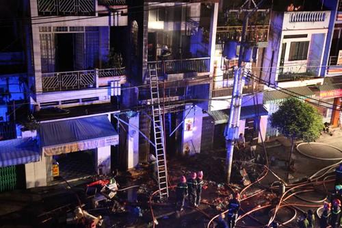 Đến gần 1 giờ sáng nay 6.3, đám cháy cơ bản đã được dập tắt