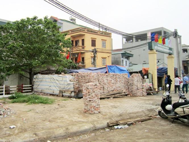 Ngôi nhà lụp xụp của chị Hương nằm ngay cạnh trạm biến áp, rất nguy hiểm