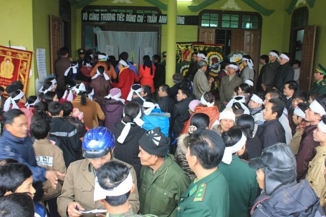 Người thân và đồng đội đến đưa tiễn Thiếu tá Trần Anh Phương