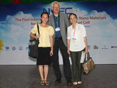 Nhân vật chụp ảnh cùng GS Torben Lund (người hướng dẫn trực tiếp của Phương khi bảo vệ tiến sĩ) và PGS. TS Nguyễn Thị Phương Thoa, trưởng bộ môn Hoá Lý - khoa Hoá (ĐH KHTN) tại hội nghị NMEC1 tháng 8/2012. (Ảnh: Nhân vật cung cấp)