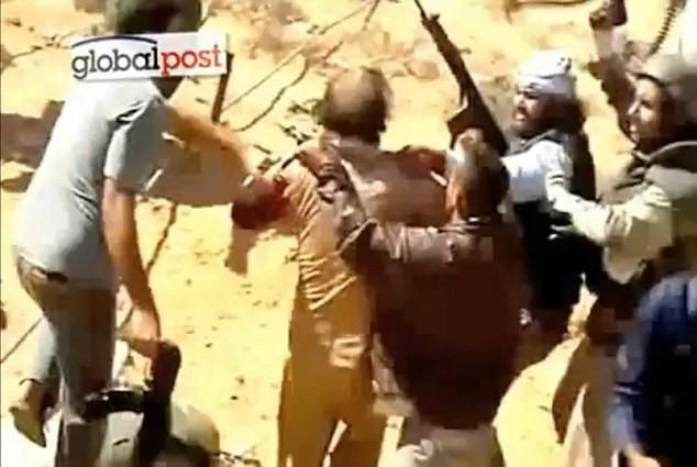 Gaddafi bị bắt sống khi đang cố chạy trốn trong ống cống thoát nước