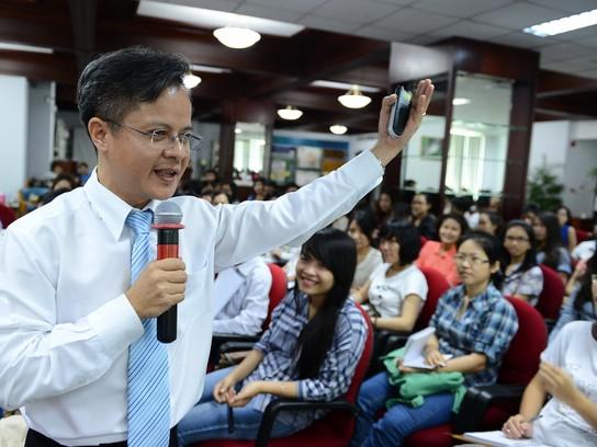 Ông Trần Hữu Đức trao đổi với các bạn trẻ tham dự chương trình - Ảnh: Thuận Thắng