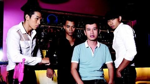 Ông bầu Phúc Nguyễn (áo xanh)