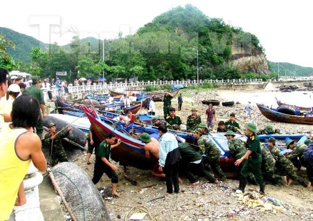 Giúp nhân dân kéo phương tiện tránh bão