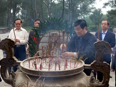 Chủ tịch nước Trương Tấn Sang dâng hương tại Nghĩa trang Quốc gia Trường Sơn.             Ảnh: HữU THÀNH