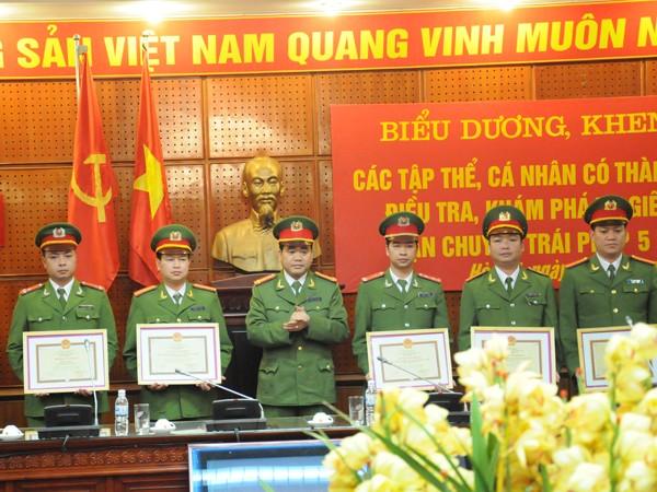 giá Đại tá Nguyễn Đức Chung – Giám đốc công an TP Hà Nội khen thưởng cho các đơn vị có thành tích tham gia phán án. Ảnh: Tuấn Nguyễn