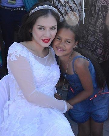 Bức ảnh do Lý Nhã Kỳ cung cấp cho PV báo điện tử, với chú thích đại ý: các em bé ở Cape Town (Nam Phi) nghĩ đại sứ du lịch Việt Nam là một cô công chúa