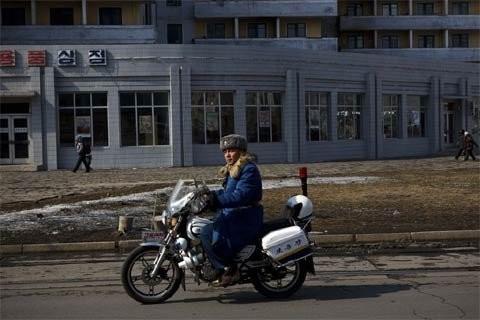 Cảnh sát giao thông tuần tra một con đường ở trung tâm Bình Nhưỡng ngày 22/2